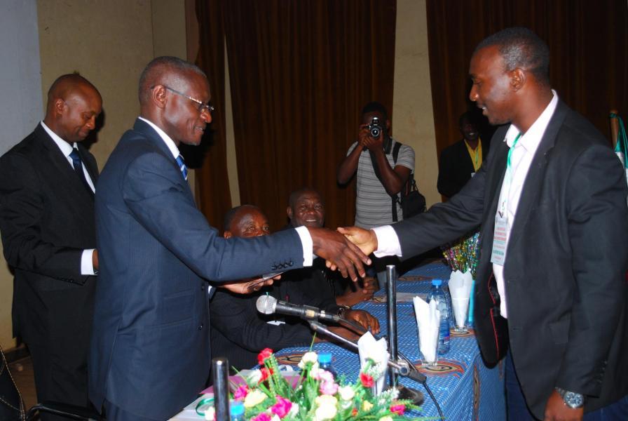 G kuitche remise de l attestation de participation au premier seminaire de recyclage des profs d italien au cameroun